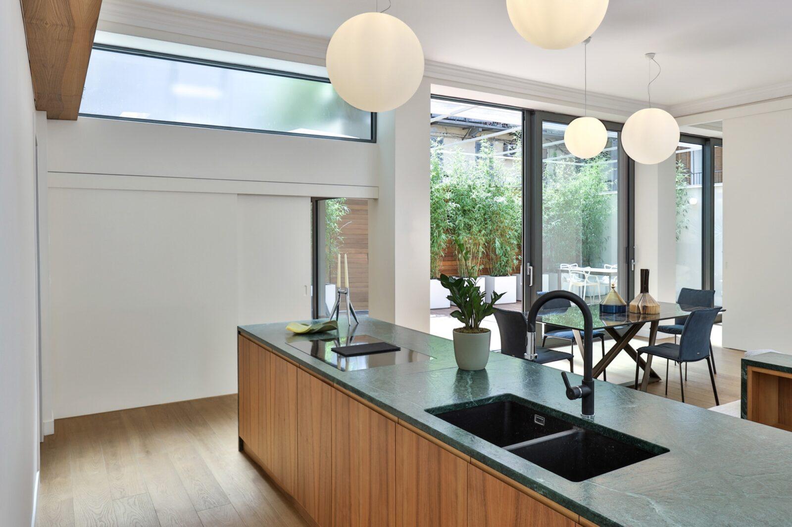 isola cucina moderna con top in marmo verde